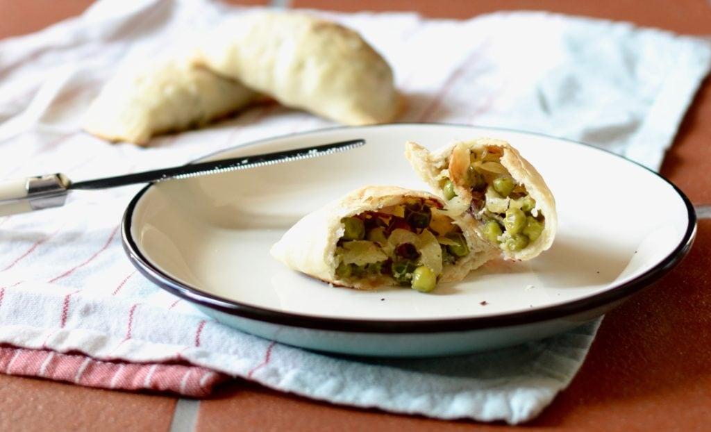 Hand Pies mit Apfel, Roquefort, Erbsen und Speck