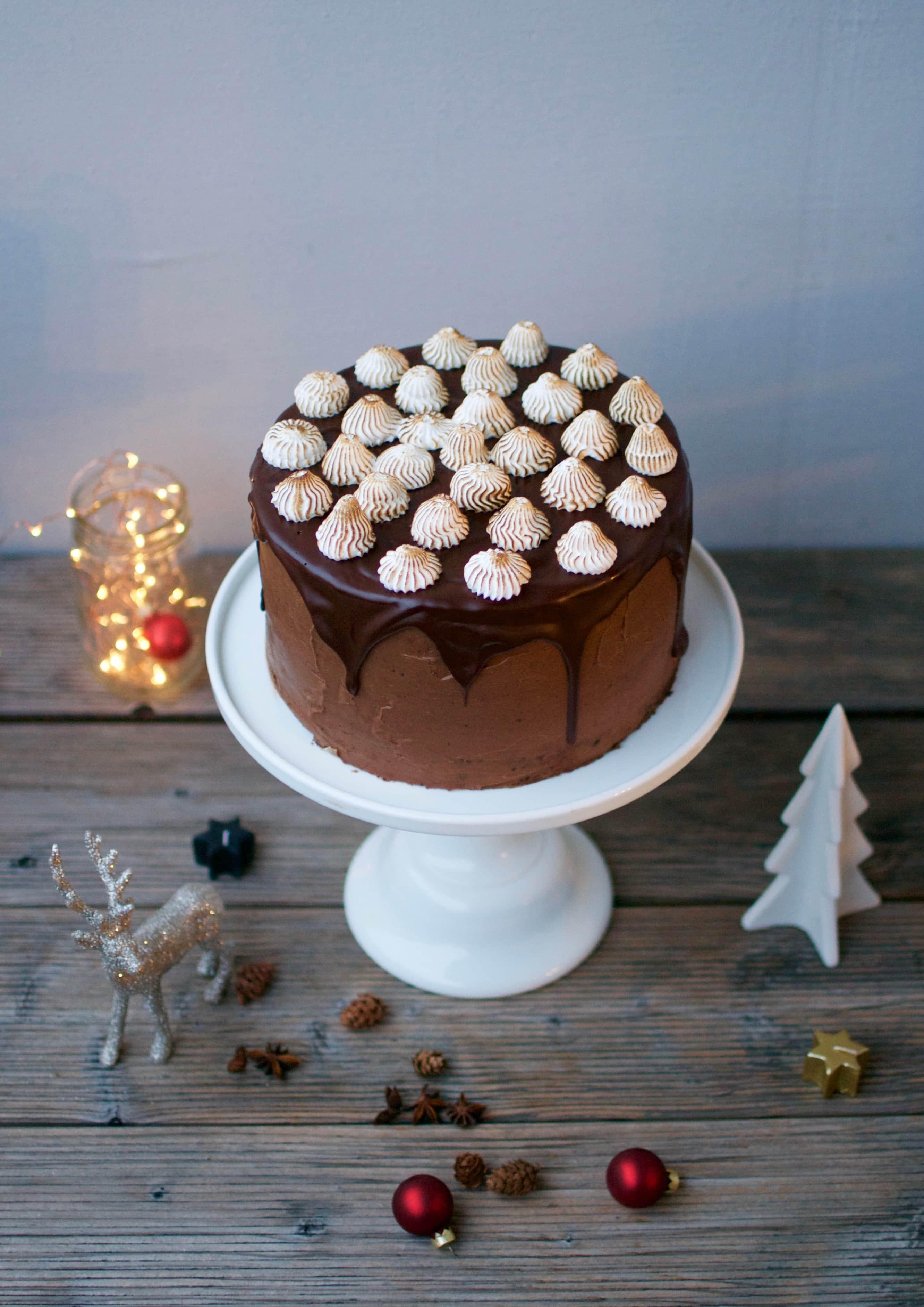 Festliche Schokoladentorte mit Karamel und Baiser