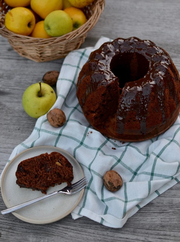 Apfel Walnuss Guglhupf mit Schokolade