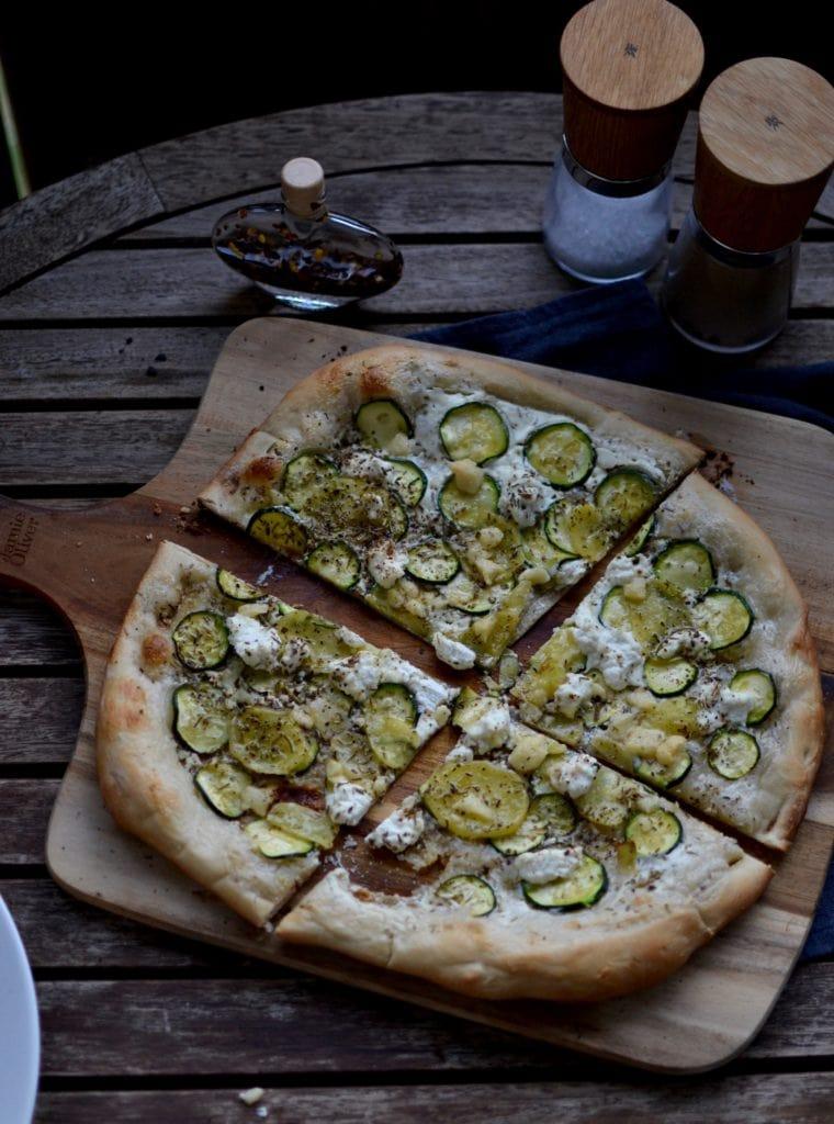 Zucchini Pizza mit Kartoffeln und Pecorino
