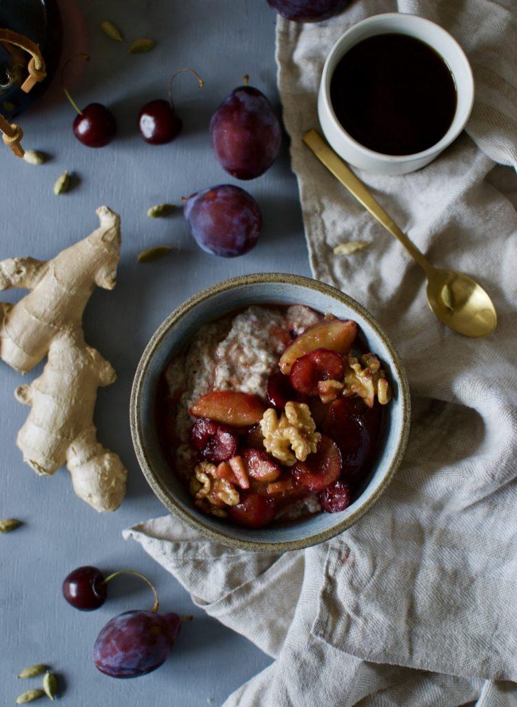 veganer Hafer-Chia Porridge mit Kardamomzwetschgen